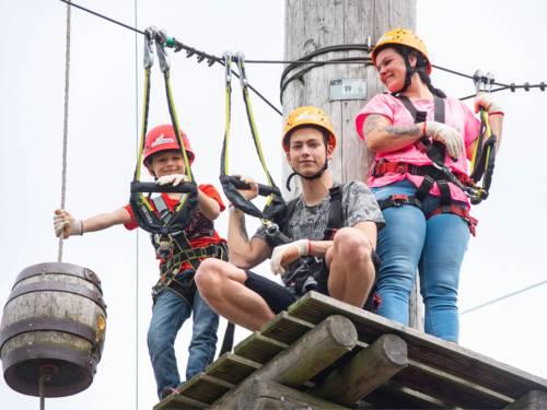 Familie auf einem Podest im Klettergarten PirateRock Isernhagen