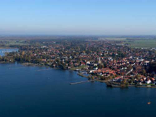 Wasserfläche und ein Ort aus der Luft fotografiert.