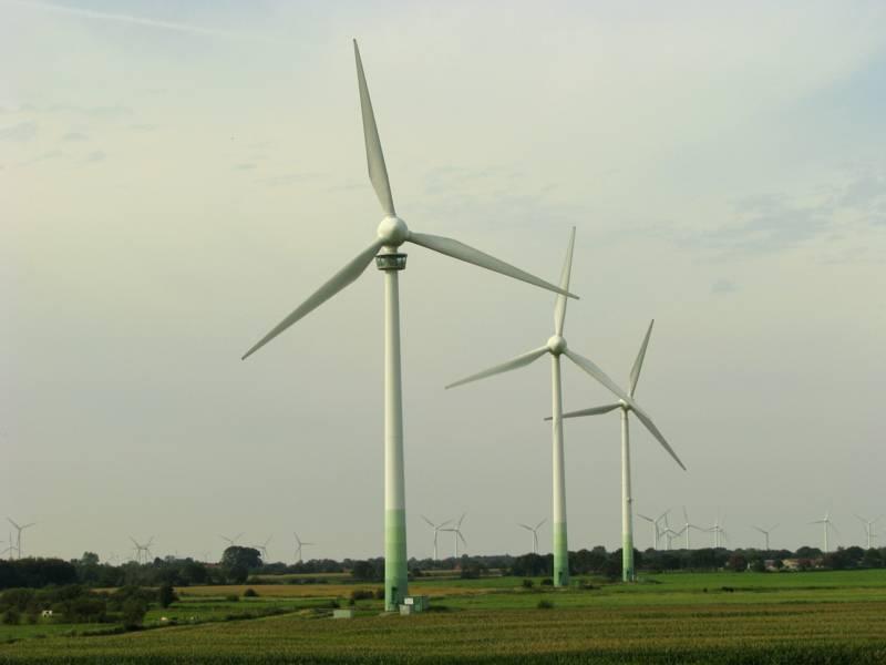 Begehbare Windkraftanlage in Holtriem an der Nordsee.