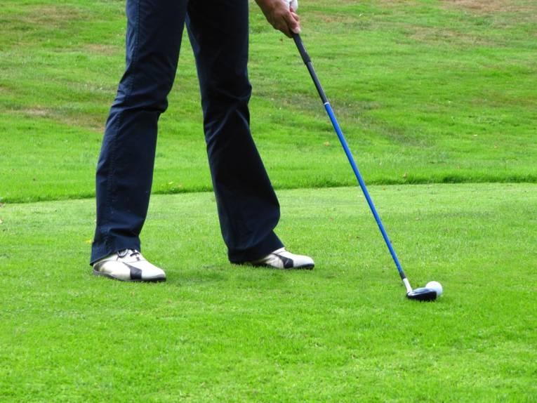 Mann mit Golfschläger