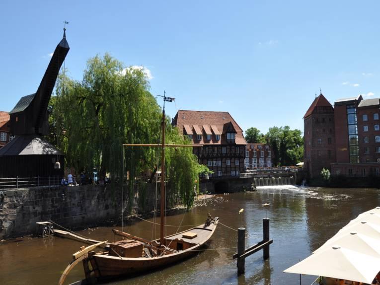 Blick über das Lüneburger Wasserviertel mit Altem Kran