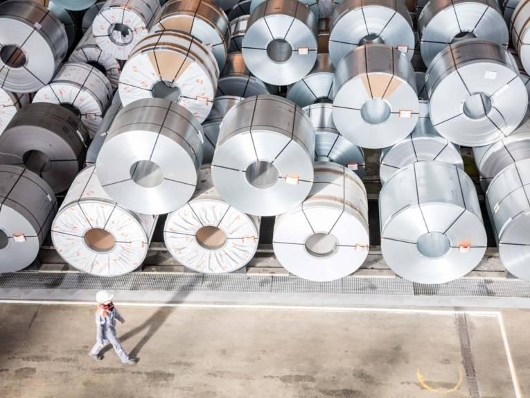 Eine Mitarbeiterin der Salzgitter AG vor dem Coillager.